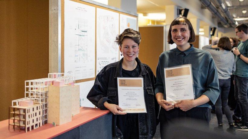 Alvar Aalto Preisverleihung zwei Menschen halten eine Urkunde